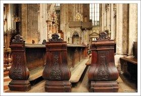 Молитвенные скамьи в соборе Св. Стефана.