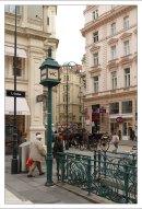 Общественный туалет в стиле арт-нуво – с панелями красного дерева и канделябрами.