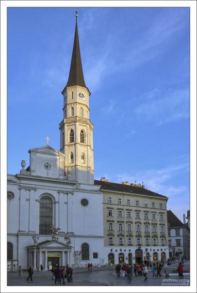 Церковь Святого Михаила на площади Михаэлерплац.