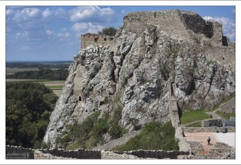 Каменный средневековый замок был построен в 13-м веке.