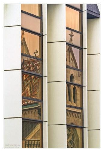 Отражение церкви Матьяша в зеркальных стенах отеля Хилтон.