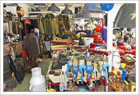 Военная форма, кухонная утварь, игрушки на рынке Ecseri.