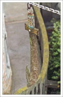 """Подвешенный ржавый меч, символизирующий """"Jus gladii"""" - право на применение вооруженной силы."""