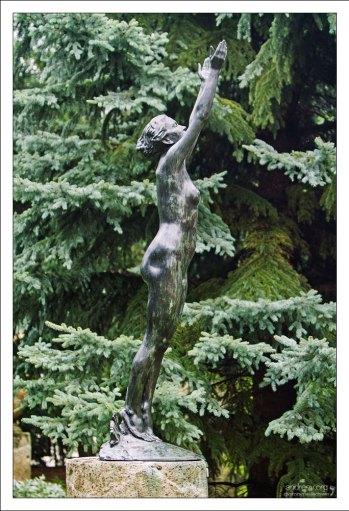 """Бронзовая скульптура, символизирующая восходящее солнце (""""The Rising Sunshine"""")."""