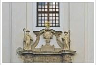 Скульптуры над входом в церковь аббатства св. Аньоша.
