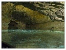 Прозрачная зеленая вода подземного озера в Тапольце.