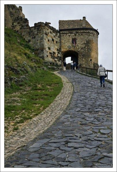 Подъем по брусчатке к замку Шюмег.