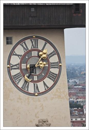 Циферблат часовой башни, где часовая и минутная стрелки поменяны местами.