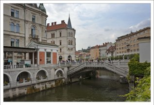 Тройной мост связывает Городскую и площадь Прешерна.