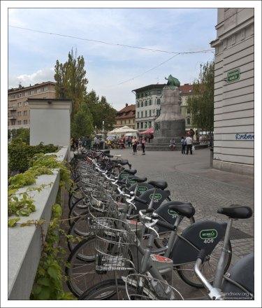 Прокат велосипедов на набережной Любляницы.