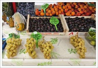 Мускатный виноград, фиги, и прочие сливы на рынке в Любляне.