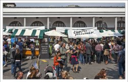 Дегустационные киоски на городском рынке.