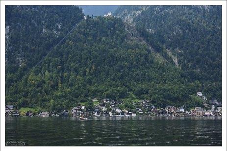 Халльштатт задвинут водой к самому подножию гор.