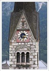 Часы на башне католической церкви.