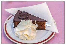 """Кусок знаменитого шоколадного торта """"Захер"""" в одноименном кафе."""