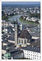 Вид из крепости Хоэнзальцбург на одну из старейших церквей Зальцбурга - Franziskanerkirche.