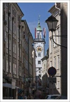 Улица Sigmund Haffner Gasse, ведущая к Городской Ратуше Зальцбурга (Altes Rathaus).