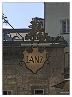 """Вывеска магазина """"Lanz"""", специализирующегося на пошиве одежды в традиционном стиле."""