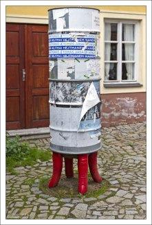 Рекламная тумба, стоящая на пальцах (рук).