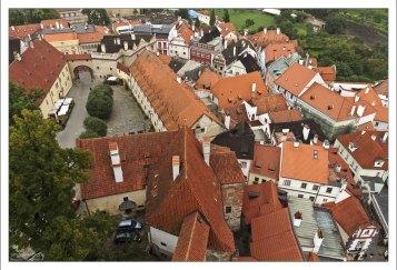 Красные черепичные крыши Крумлова примыкают друг к другу под разнообразными углами.