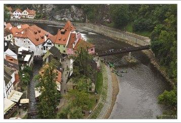 Река Влтава сильно изогнута, и практически охватила центр города в петлю.