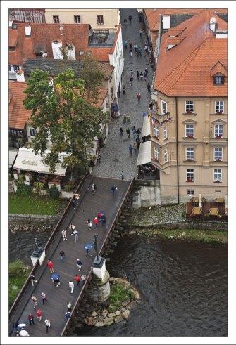 Мост, соединяющий Крумловский замок и центр города.