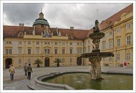 Монастырский двор Мелькского монастыря и фонтан святого Коломана (1687 г.).