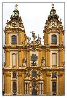 Монастырская церковь с двумя башнями.