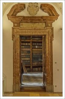 Вход в монастырскую библиотеку. В бенедиктинских монастырях библиотека всегда является вторым по значимости помещением после монастырской церкви.