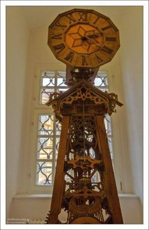 Искусно сделанные деревянные часы.