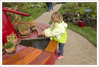 Саша у фонтана в огороде.