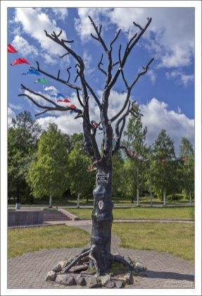 """""""Дерево желаний"""" - подарок от шведского городка Умео. На стволе дерева закреплено большое ухо, а над ним висит табличка со словами «Прошепчи одно желание». В народе прозвано """"Дерево Хиросимы""""."""