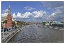 Кремлевская набережная Москва-реки.