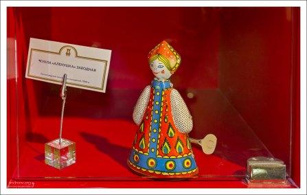 """Заводная кукла """"Аленушка"""" выпускалась на Ленинградском заводе металлоизделий."""