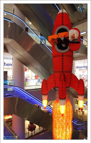 Самая высокая в мире модель LEGO в виде взлетающей ракеты (18,5 метров).