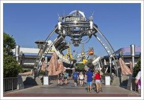 """На входе в часть парка под названием """"Tomorrowland""""."""