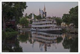 По парку можно совершить небольшой круиз на пароходе Liberty Square Riverboat.