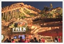 Ресторан T-rex - ужин среди динозавров. Они двигаются и рычат :)