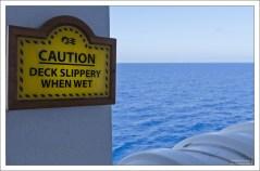 Предупреждение о скользкой палубе.