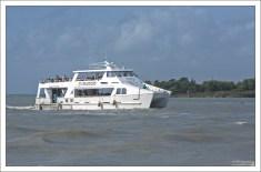 Катер-тендер, перевозящий круизных пассажиров с корабля на берег.