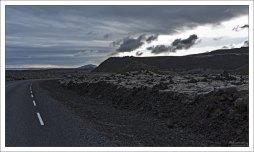 Дорога через лавовое поле на полуострове Рейкьянес.