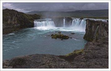 Годафосс (исл. Goðafoss, «водопад Бога»).