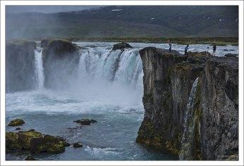 Несмотря на всего 12 м высоты, Годафосс – один из самых посещаемых туристами водопадов Исландии. Ширина – около 30 метров.