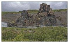 Обломки скал вулканического происхождения в долине Вестурдалур.