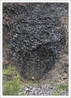 Необычное скальное формирование Hljóðaklettar (Хьольдаклеттар), или Скала-эхо.