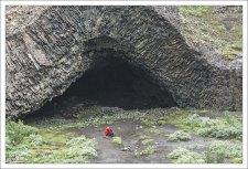 Почти идеально симметричная арка, обозначающая вход в удивительную пещеру Kirkjan.