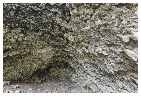 Базальтовые столбцы внутри пещеры Kirkjan.