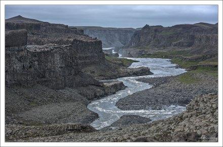 Путь речки Йёк крутой, порожистый. Водопад Деттифосс далеко не единственное её создание. Кроме него есть еще Сельфосс, Хафрагильсфосс, и еще парочка менее значимых –фоссов.