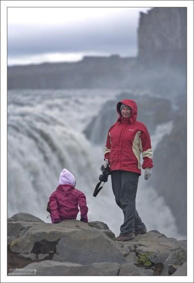 Катя и Саша на берегу каньона, где расположен Деттифосс.
