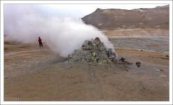 Крупная сольфатара - источник испарения сернистого газа и паров воды с примесью углекислого газа и сероводорода.